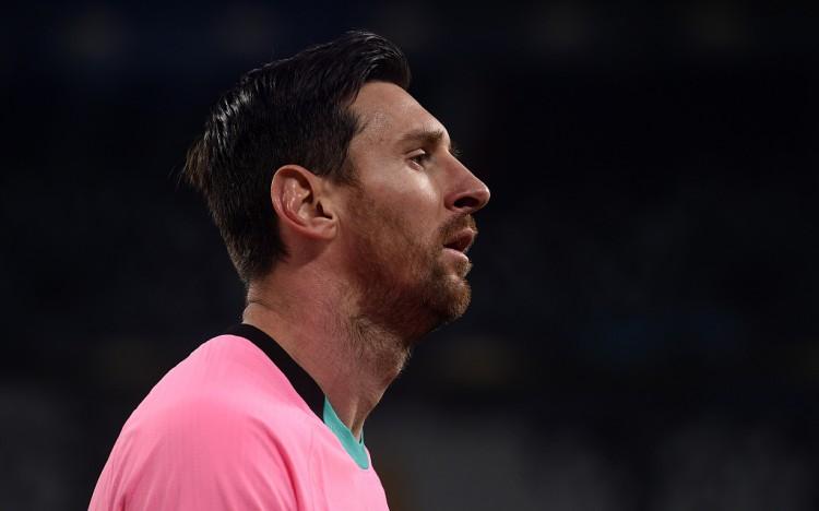梅西与巴萨的合同将在本赛季结束后到期,上一年夏天他曾想离队  