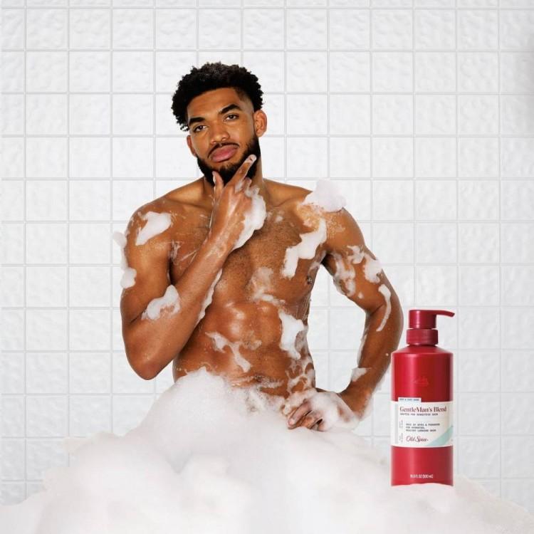 晒出自己与女友Jordyn Woods一起出演的沐浴露广告