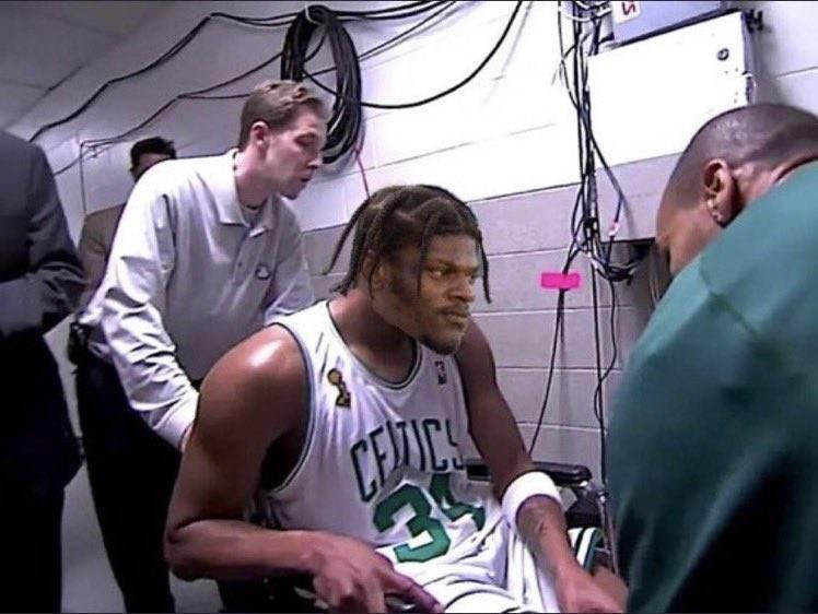 """拉玛尔-杰克逊谈回来更衣室:不是去拉""""皮尔斯"""" 只是有点抽筋"""
