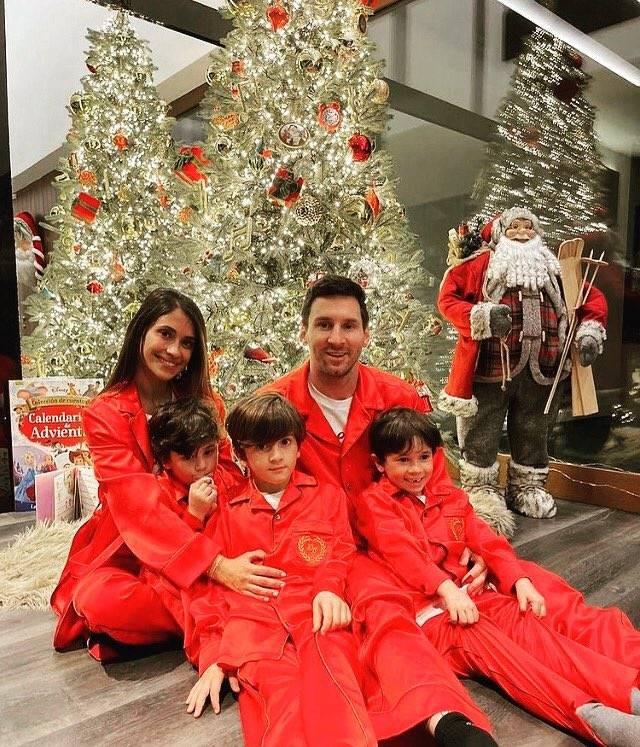 安东内拉晒梅西一家的圣诞合照:祝我们健康有爱,圣诞快乐!