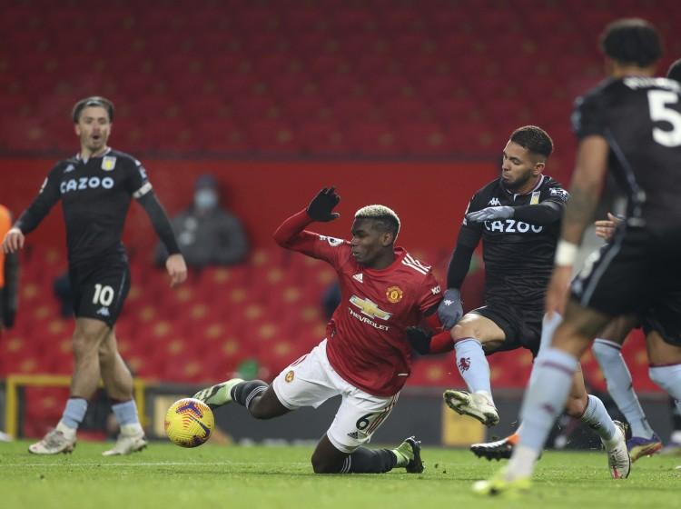维拉中场道格拉斯-路易斯对于在曼联的比赛中被判对博格巴犯规而感到愤慨