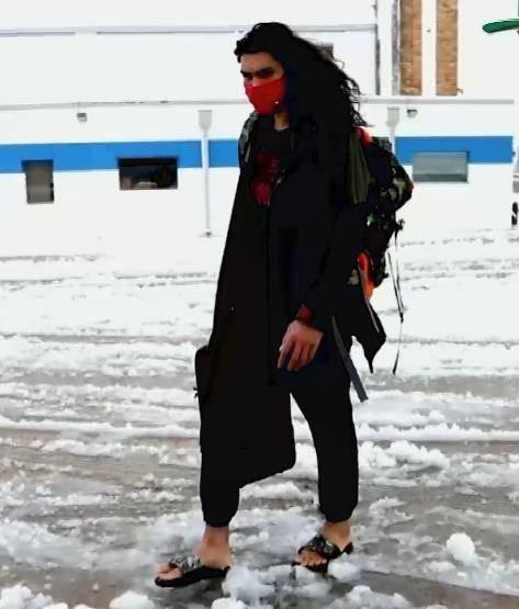 真海王?亚当斯在天寒地冻中光脚穿凉拖