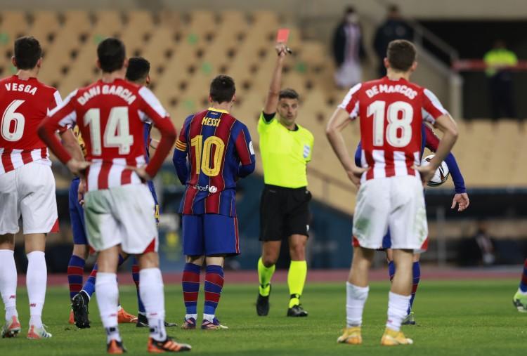 裁判陈述谈罚下梅西:运用手臂用力过猛地击中了对手