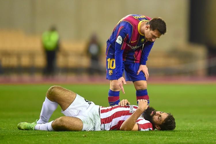 造梅西红牌球员:那是显着的侵略行为,他用手臂打到我脸上