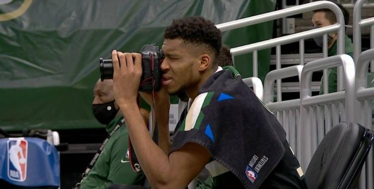 摄影师上线!字母哥三节打卡 末节借来一台相机在场边拍照