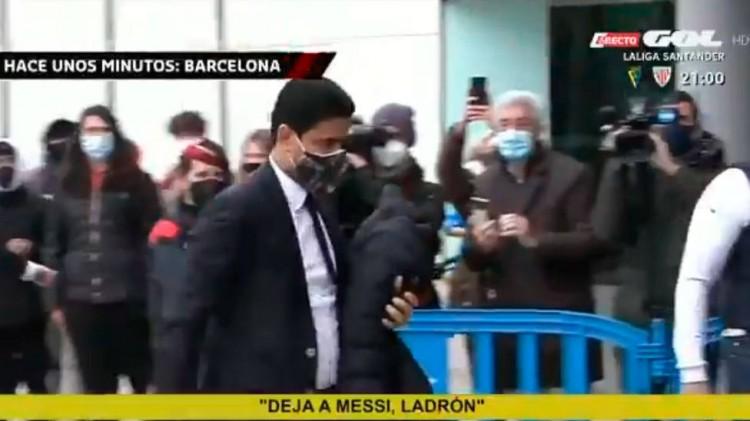 巴黎主席纳赛尔在抵达时遭到部分巴萨球迷对他高喊标语