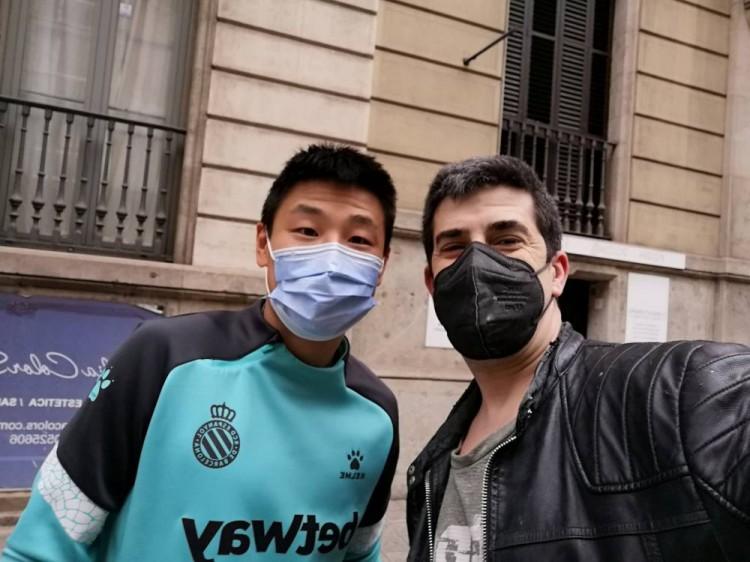 西班牙人球迷街上偶遇武磊,网友议论:请尊重我们的我国小子   