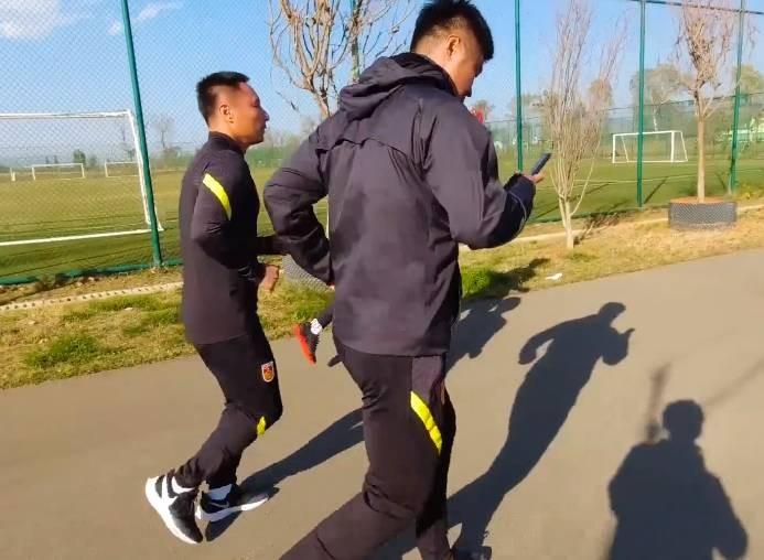 U18国足教练组身先士卒,操练结束后绕路跑步4.1公里回酒店