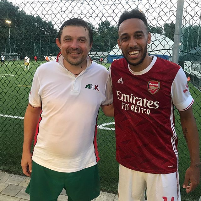 走亲访友不忘踢球,奥巴梅扬在意大利参加七人制足球比赛