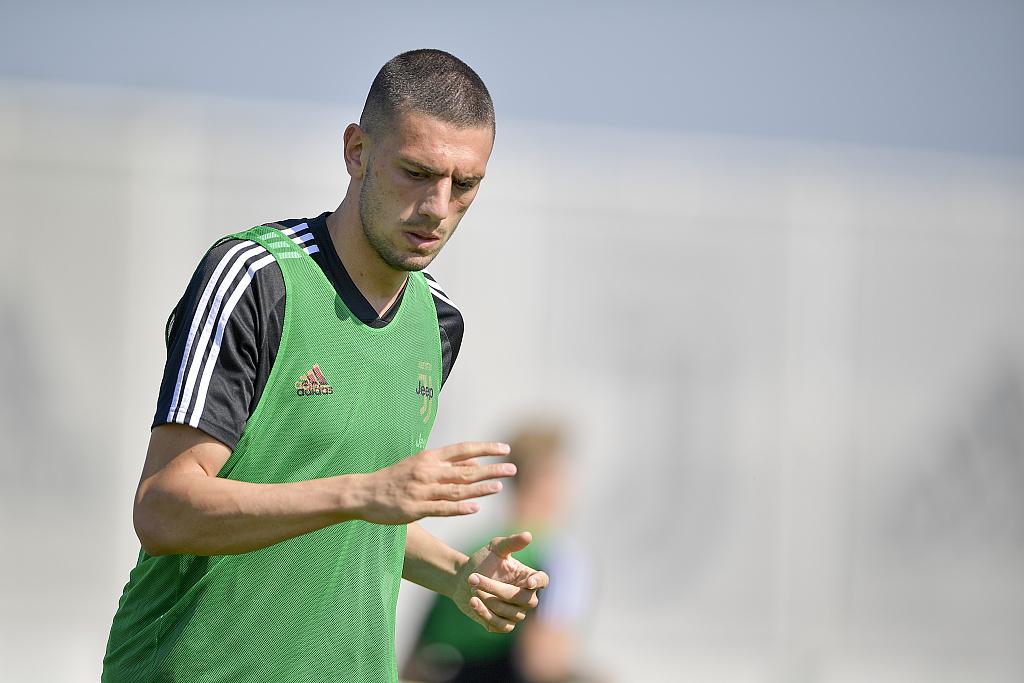 记者:阿森纳想冬窗先租后买德米拉尔,并签下默滕斯