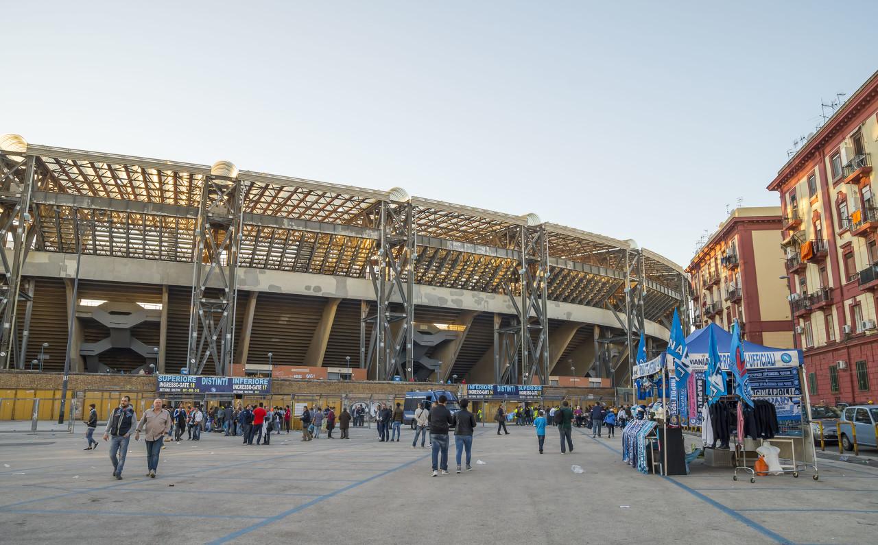 阿斯:不满战绩,那不勒斯球迷可能在欧冠战巴萨时以沉寂抗议